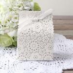 กล่องกระดาษสีขาวฉลุลายดอกไม้มีโบว์ 9x5.5x12.5 cm. 20 ชิ้น : A004577