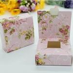 กล่องกระดาษแบบเปิดด้านบนสีชมพูลายดอกไม้ 9x9x3 cm. 50 ชิ้น : 1F005002