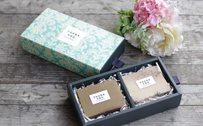 กล่องกระดาษถาดเลื่อนสีเขียวลายดอกไม้สีขาว 8.5x16x3.5 cm. 20 ชิ้น : V004579
