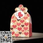 กล่องกระดาษสีแดงลายหัวใจมีป้ายห้อย 8x5x13.8 cm. : 004458